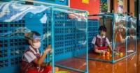 صناديق بلاستيك وكمامات إجراءات الوقاية من فيروس كورونا فى مدارس تايلاند