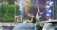 عروض سيرك سيؤول تعود للحياة بالشوارع والجمهور يشاهدها من السيارات بسبب كورونا