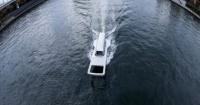 قارب على شكل قفل سوستة عملاقة يبدو وكأنه يفتح المياه فيديو وصور