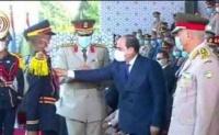 الرئيس المصري يكرم ضابط يمني