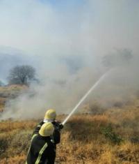 بالصور إخماد حريقين نشبا في حشائش ومدرجات زراعية بـ فيفا