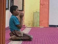 هل تذكرون الطفل الذي ظهر باكيا ومناجيا الله في إحدى المساجد بشبوه؟.. هكذا أصبح اليوم (صورة)
