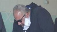 انهيار وبكاء الفنان بيومي فؤاد في جنازة والده والنجوم يواسونه بالصور