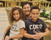 هاني شاكر يحتفل بعيد ميلاد حفيديه التوأم بصورة عائلية أغلى ما في حياتنا