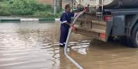 نزح 50 طن ا من تجمعات مياه الأمطار في بارق